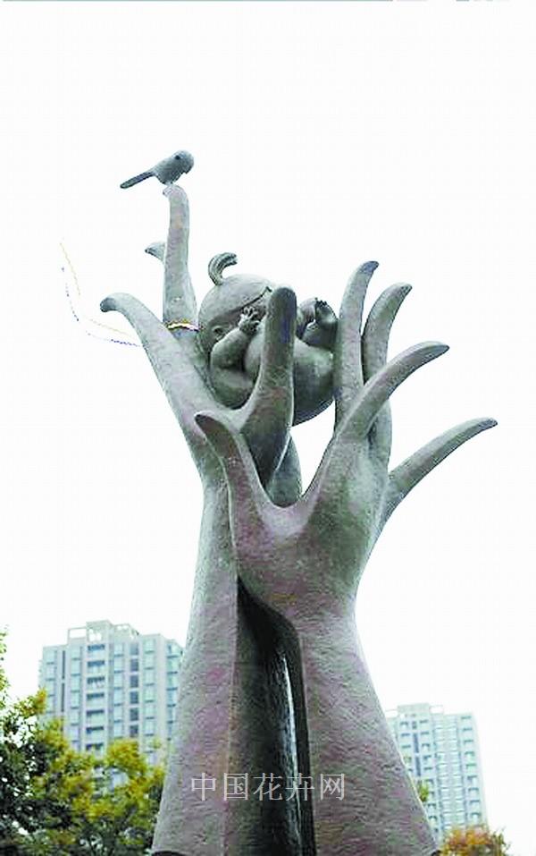 """雕像""""妈妈的手"""",在杭州钱江新城青少年发展中心东北角的休憩广场正式"""